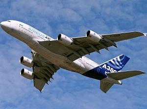 2007El Airbus A380 realiza su primer vuelo comercial entre Singapur y Sídney, convirtiéndose en el avión comercial más grande del mundo.