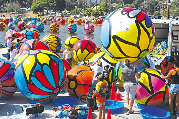 Obra de arte flotante en Los Ángeles
