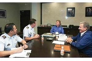 El General Quezada conversa con el gobernador Francisco Vega y el titular de Sedeco, Carlos Bonfante.