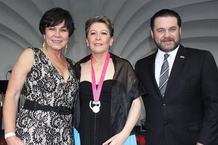 Tony Gutiérrez recibe presea Leo Cortina