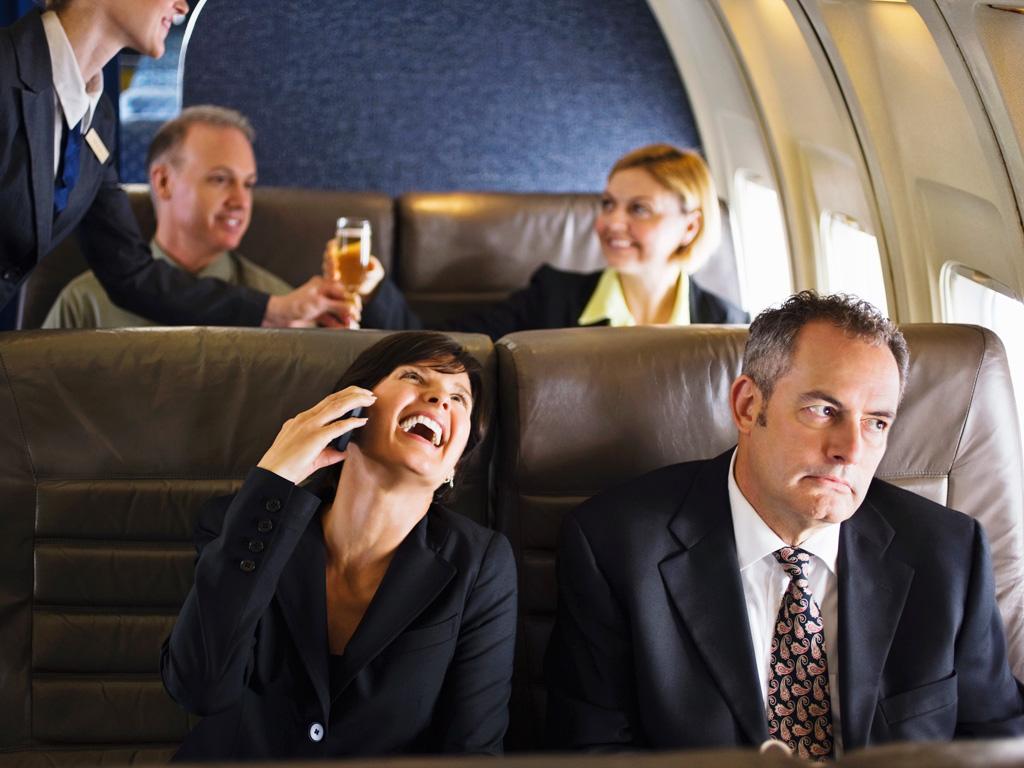10 malos comportamientos que debes evitar en un avión.