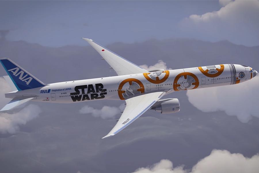 El 777-300 de ANAse disfraza de BB 8