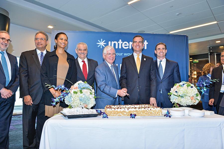 Eric Garcetti, alcalde de Los Angeles y José Luis Garza, director de Interjet, acompañados de funcionarios y directivos.