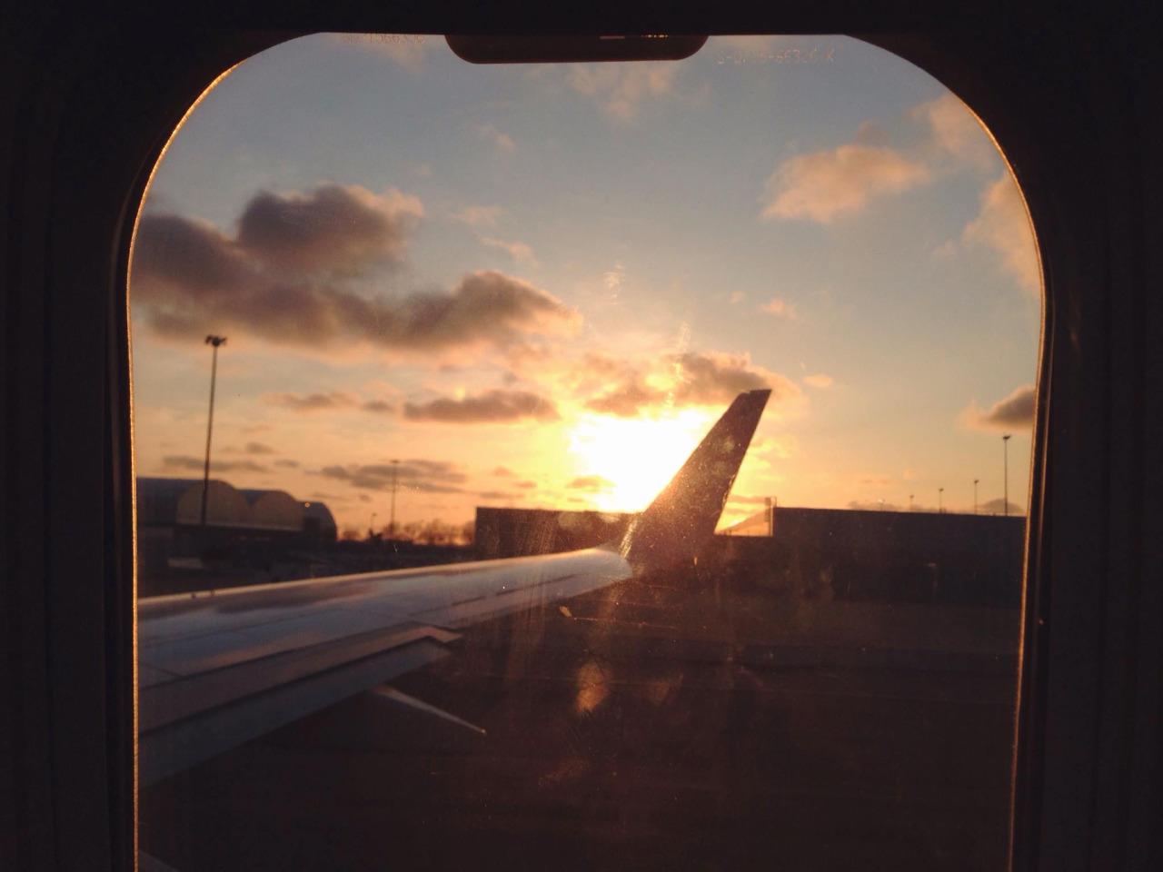 ¿Por qué se deben abrir las ventanillas de un avión al aterrizar?