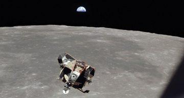 Modulo lunar ascendiendo a la luna