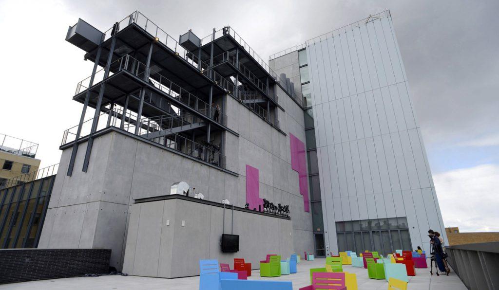 JLX01 NUEVA YORK (ESTADOS UNIDOS), 23/04/2015.- Vista del exterior del Whitney Museum of American Art en Nueva York, Estados Unidos hoy 23 de abril de 2015 con motivo del pase de prensa por su reapertura que será el próximo 1 de mayo. El nuevo edificio ha sido diseñado por el arquitecto italiano Renzo Piano. EFE/Justin Lane