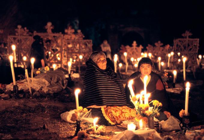 Dia de los Muertos: Nachtwache auf dem Friedhof. - Dia de los Muertos: Keeping vigil on the graveyard.