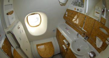 ¿Cómo funcionan los baños de los aviones?
