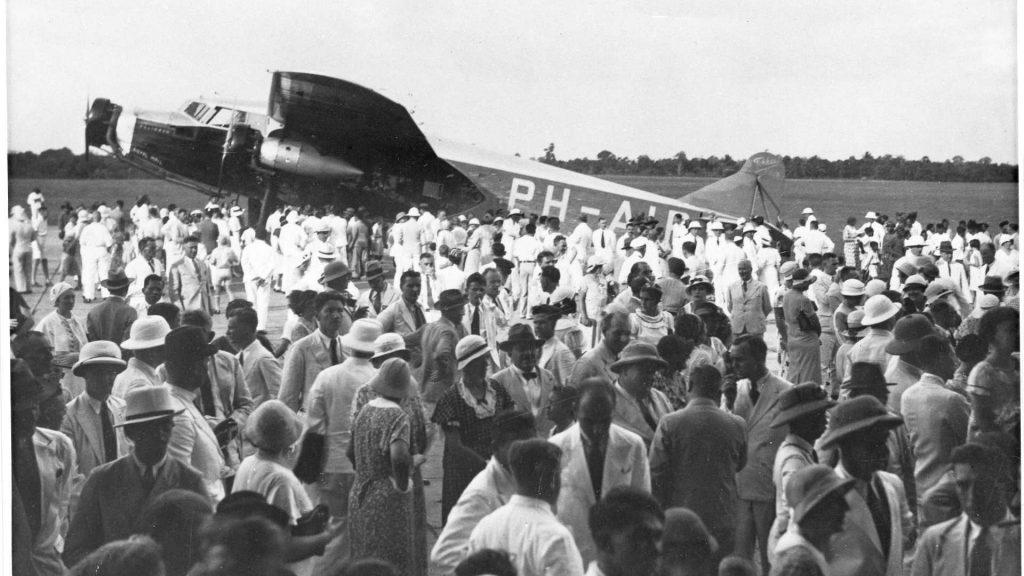 klm1933-pelikaan-op-vliegveld-batavia-1920x1080