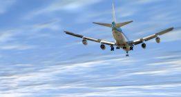 Qué sucede si alguien intenta abrir la puerta del avión durante el vuelo