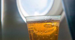 Esto sucede con tu cuerpo cuando bebes alcohol durante el vuelo