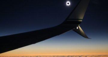 Alaska Airlines persiguió el eclipse solar en un vuelo especial